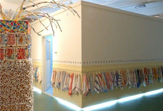 עידית לבבי גבאי, חדר הפוך (חוץ), מיצב, 2005, בתערוכה הקבוצתית 'לינה משותפת- קבוץ וקבוצה בתודעה הישראלית'